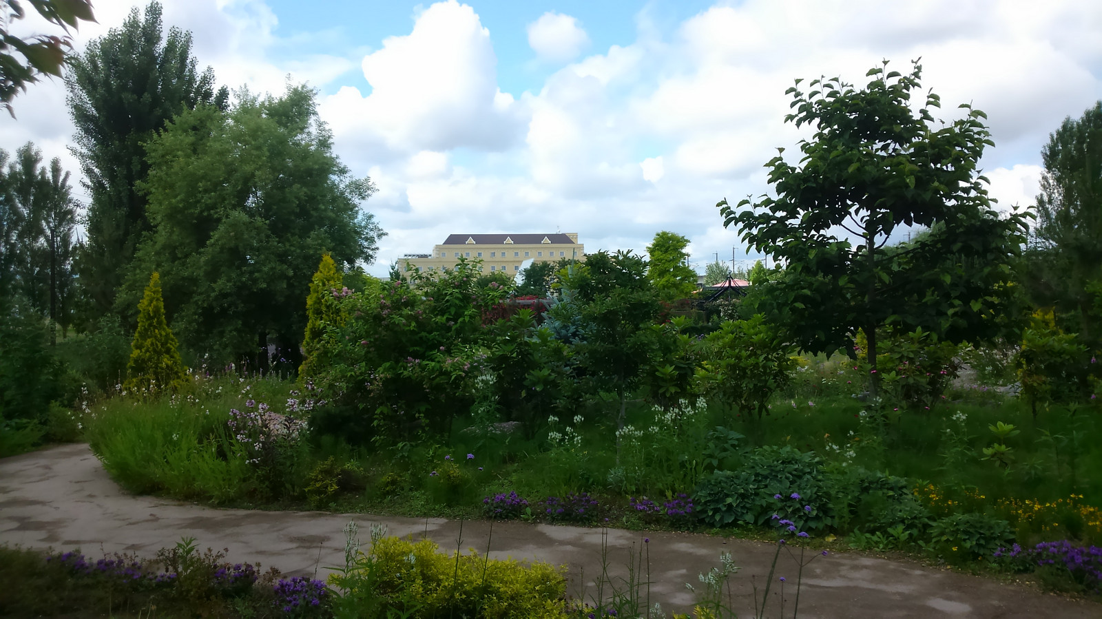 Mitsuke_english_garden_meadow_road