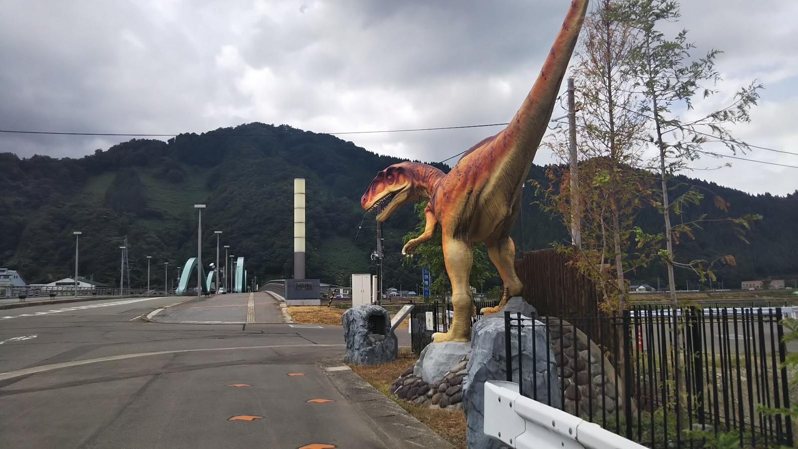 Katsuyama_bridge_dinosaur